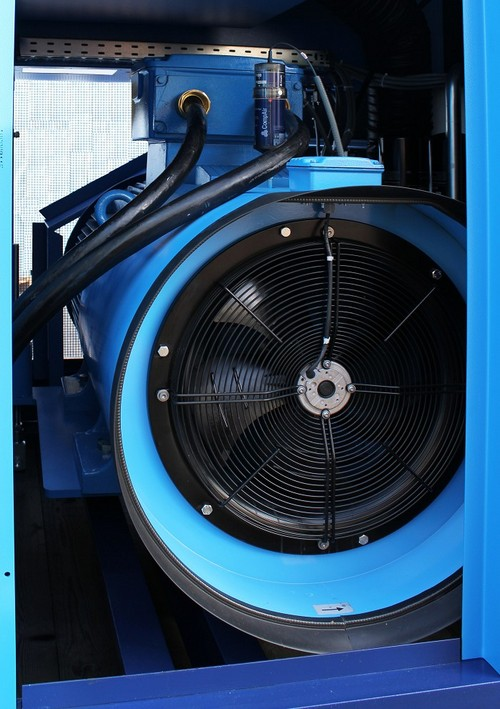 Вентилятор охлаждения на двигателе