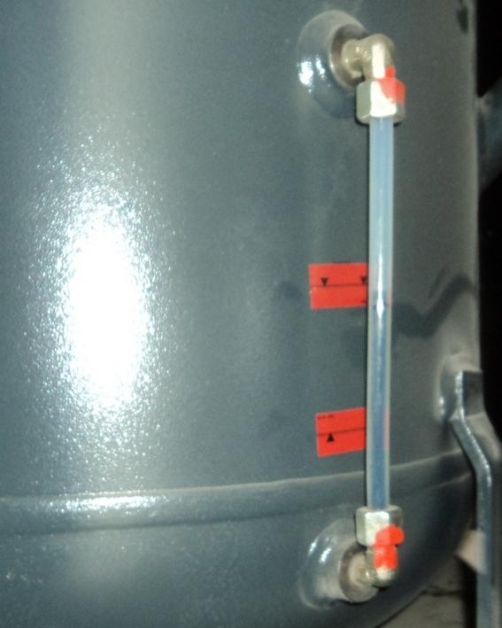 Уровнемер на масляном резервуаре компрессора